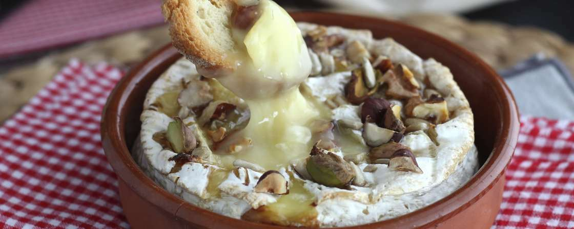 Camembert fundido con miel y frutos secos