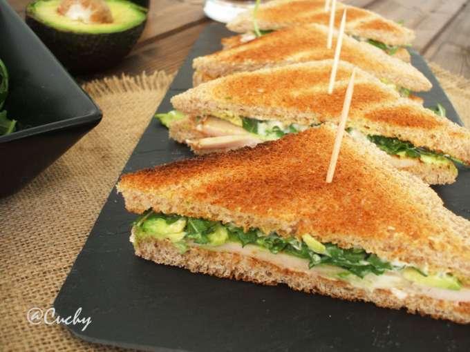 Sandwich de pavo, aguacate y rucula