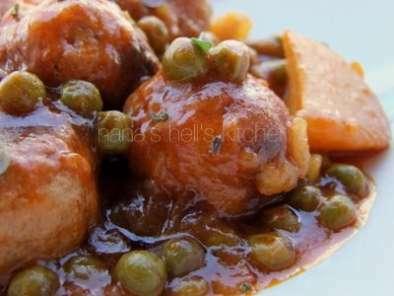 albondigas+con+salsa+de+tomate+y+guisantes