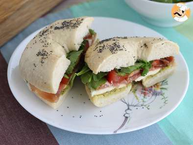 Bagel italiano con pesto y mozzarella