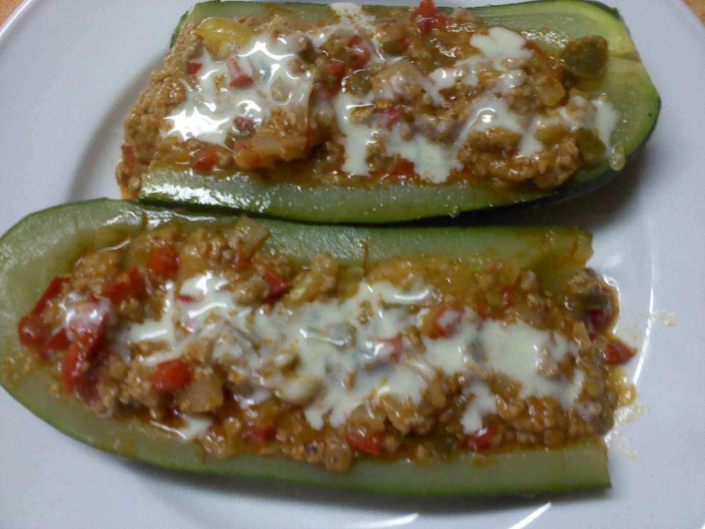 Calabacines rellenos de verduras y carne picada con salsa de queso azul receta petitchef - Salsa para relleno de carne ...